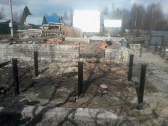 Восстановление разрушенной части фундамента винтовыми сваями